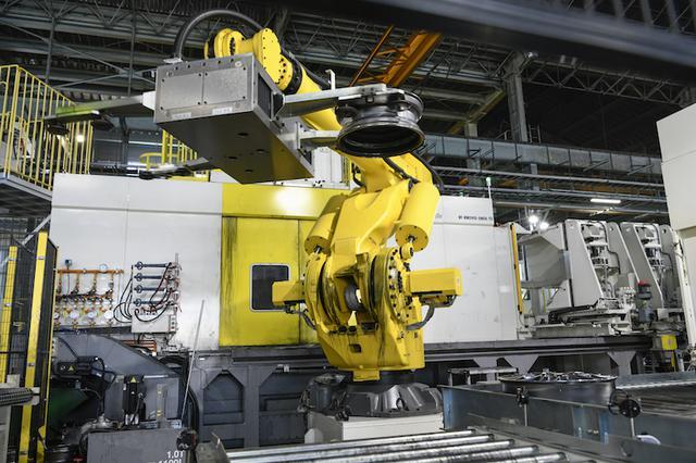 画像: 奥にあるのが、最新式と思しきスピニングマシン。素材の出し入れを行うロボットの動きは見るからに軽快で、頼もしい。