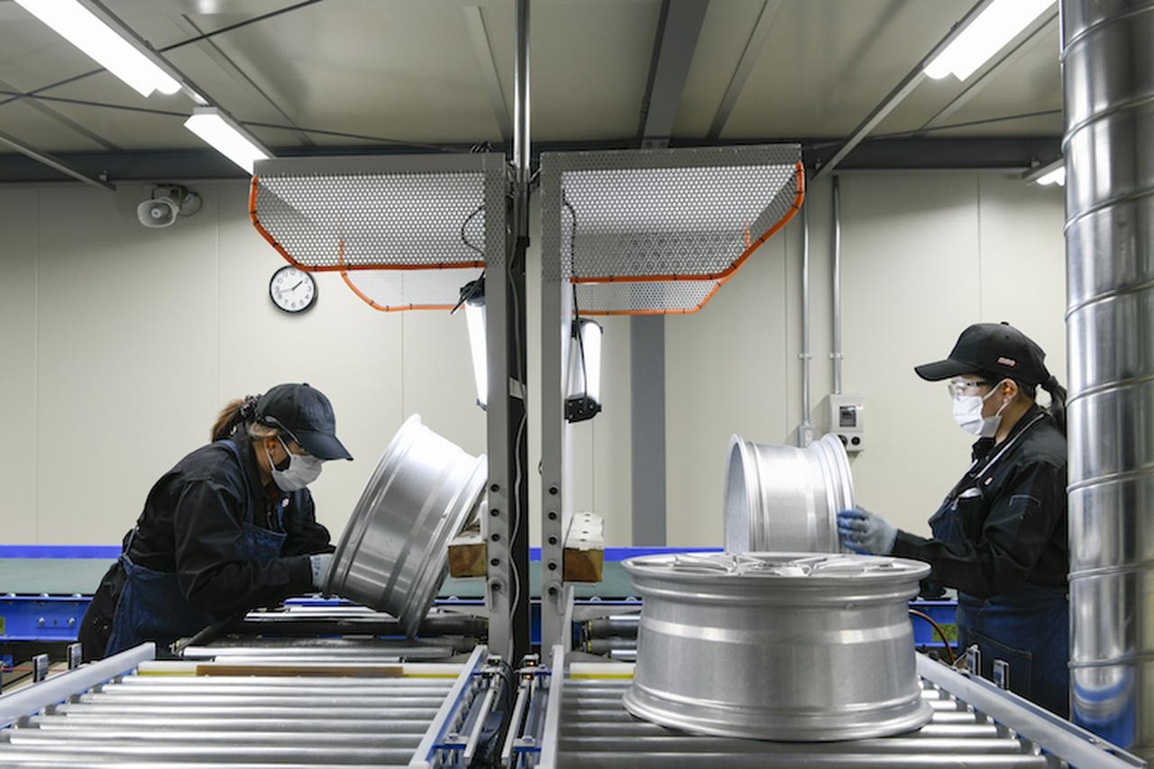 画像: 中間仕上げを行う作業台。ローラー部分は水平方向にも360度回転するので、磨き作業もやりやすそうだ。