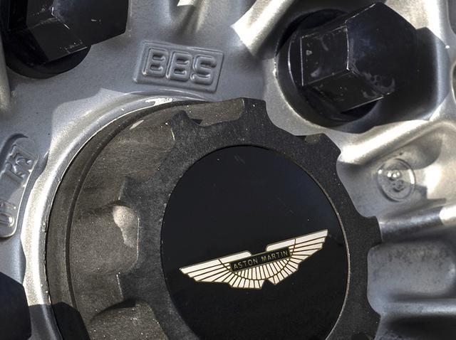 画像: くっきり浮かぶ「BBS」のロゴ。鋳造1ピースで、アストンマーティンV8への採用は1983年からだった。