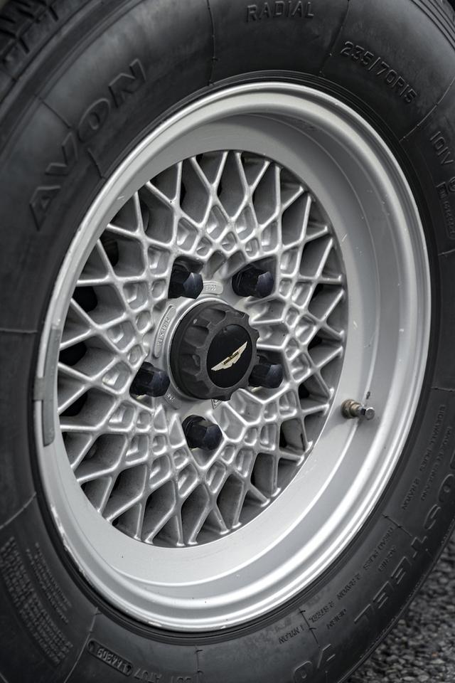 画像: クロススポークが複雑に入り組む個性的なデザインは、V8の力強い佇まいに似合う。