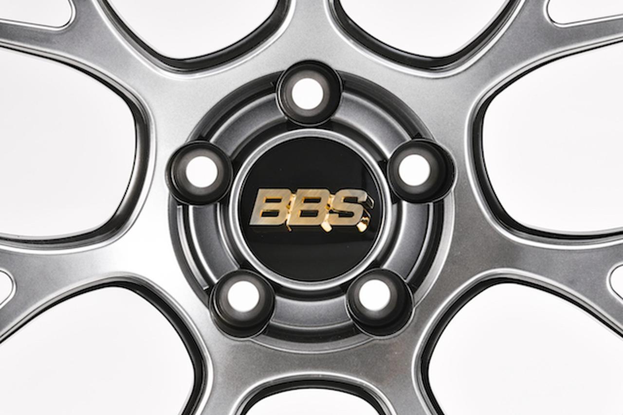 画像: RE-V7 ◎ BBS Japan  鍛造モデルは、センター部分のロゴが金色となる。キャップ部分の色が変わっても同色。