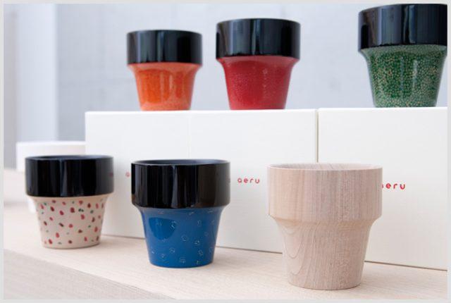 画像: 青森県の伝統技術を採用した『青森県から 津軽塗りの こぼしにくいコップ』シリーズは、目にも楽しい色彩豊かな商品だ