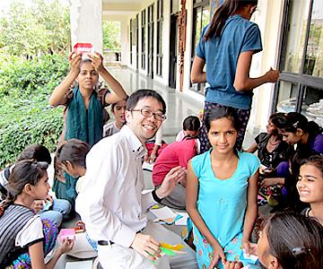 画像: 子どもたちに折り紙を教える鳥越氏