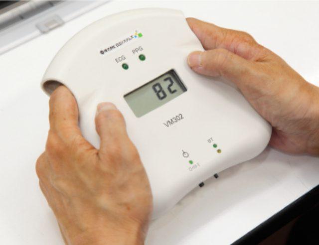 画像: 疲労・ストレス測定システムの測定器