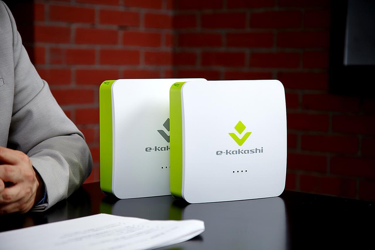 画像: 製品化されたe-kakashi(左が親機、右が子機)