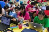 画像: 「Life is Tech ! CAMP」は5~6人のグループに対し、1人の大学生インストラクターがついて開発や制作をサポート。パソコンに詳しくなくても安心して参加することができる