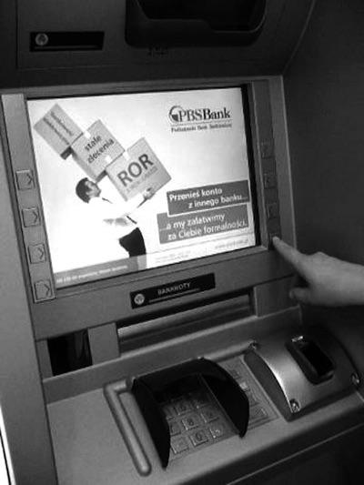 画像: 指静脈認証装置を搭載したポーランドPBS銀行のATM
