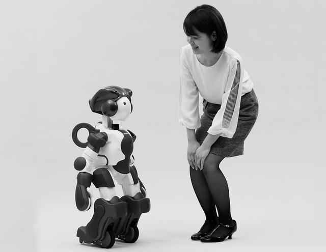 画像: 接客や案内サービスをするヒューマノイドロボット「EMIEW3」