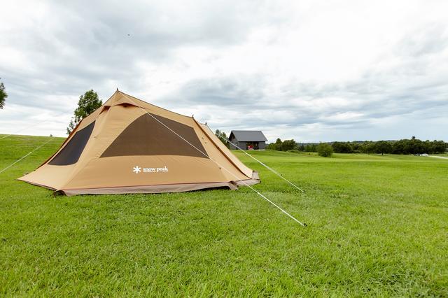 画像: 本社のキャンプフィールドに設営されたスノーピーク製のテント。
