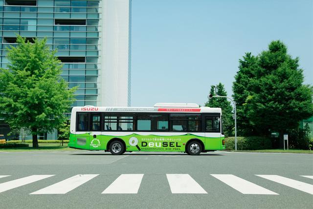 画像: いすゞ自動車と共同開発した、ミドリムシから精製した燃料を一部利用して走るバス。いすゞ藤沢工場-小田急電鉄湘南台駅間を運行中。