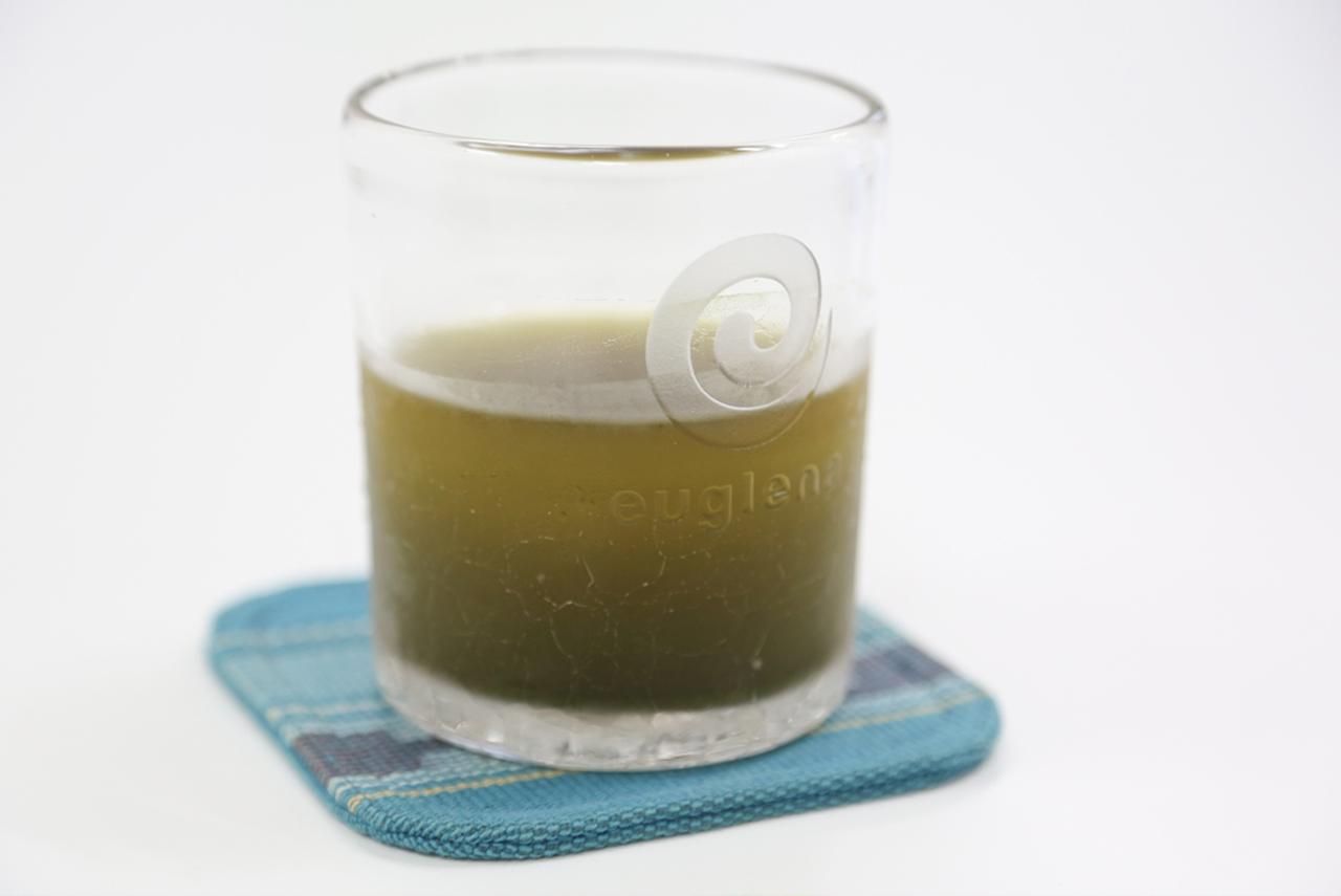 画像: ミドリムシの粉末が入ったドリンク『緑汁』。社員はオフィスに設置されたドリンクサーバーでいつでも飲める。