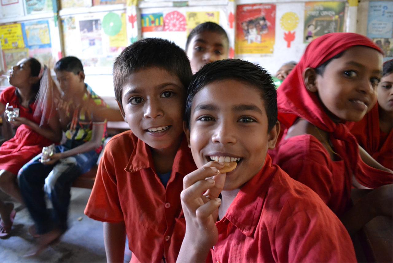 画像: ミドリムシクッキーを食べるバングラデシュの小学生たち