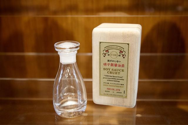 画像: 一消費者の目線から開発された、液だれしない醤油差し。ボトルの口に醤油が触れない設計となっている。中川氏がプロジェクトマネジメントに参画しているブランド「THE」の商品。