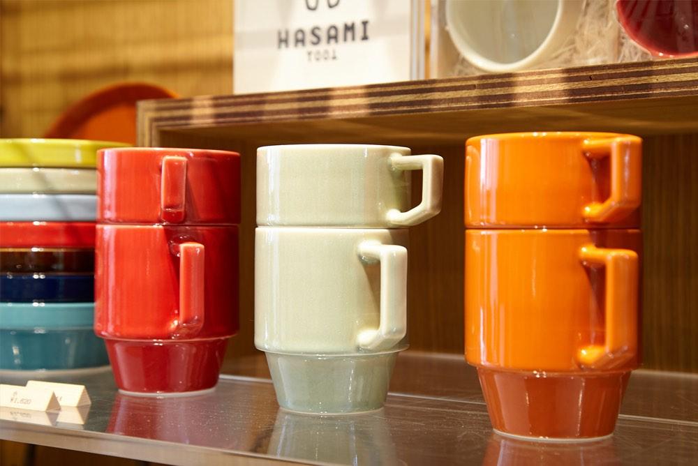 画像: 波佐見焼の陶磁器メーカー マルヒロが開発・製造した、重ねられるマグカップ