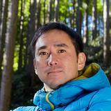 画像: 青木亮輔(あおきりょうすけ) 1976年、大阪市生まれ。中学・高校時代を千葉県船橋市で送る。1999年、東京農業大学農学部林学科卒業。学生時代は探検部の活動に打ち込み、卒業後も海外遠征に参加するため研究生として1年間籍を置いた。出版社勤務を経て、2001年、東京都西多摩郡檜原村(ひのはらむら)の森林組合に半年間限定で採用される。2002年からは同組合の正式な作業員として森林整備に従事。2006年、森林組合で出会った3名の仲間とともに林業事業体「東京チェンソーズ」を設立。2011年に法人化し、株式会社東京チェンソーズ代表取締役に就任する。著書に『今日も森にいます。東京チェンソーズ』(徳間書店取材班との共著,2011年)。檜原村在住。