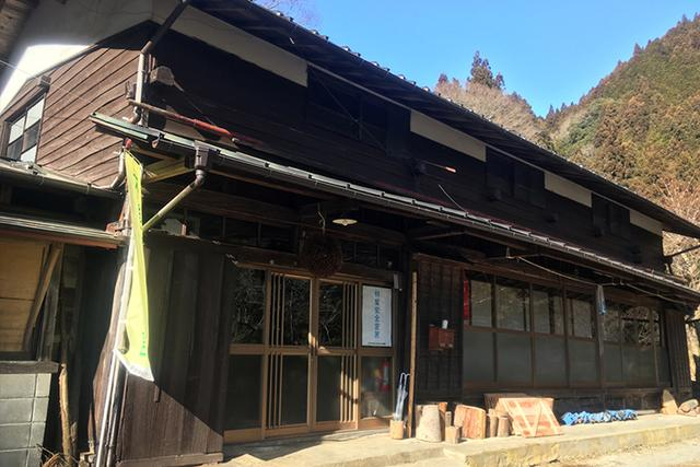 画像: 檜原村の山奥にある東京チェンソーズの事務所。築400年の古民家を借りている。