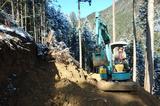 画像: 伐採した丸太を搬出するための、作業道を作っている様子