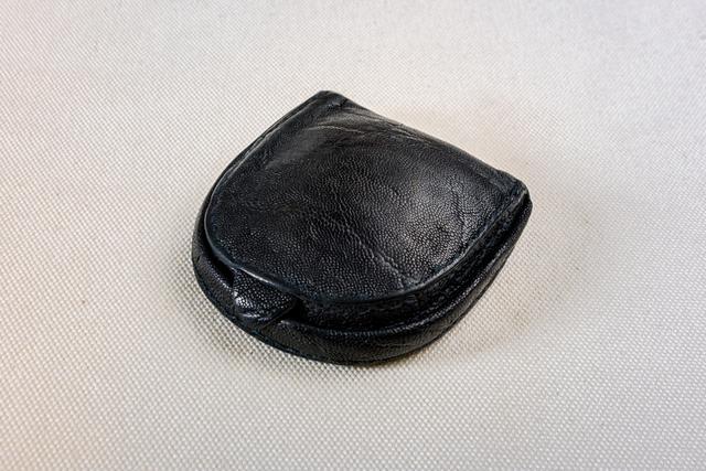 画像: 創業者・吉田吉蔵氏が好んで作っていた馬蹄型のコインケース(象革)。現在、吉田カバンでは牛革の馬蹄型コインケースを製造しているが、すべて手縫いのため量産が難しく、不定期・数量限定で生産している。