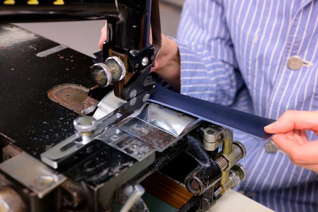 """画像: 革を漉(す)いている様子。""""漉く""""とは、縫い合わせる部分の革の厚みをそぎ落とす作業。"""