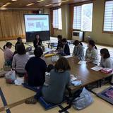 画像: 長野県川上村で、アプリの使い方などのレクチャーを行っている様子。