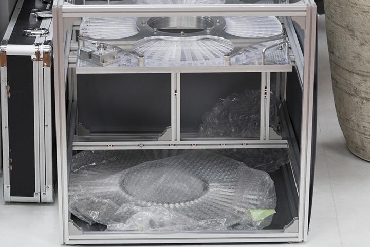 画像: オフィスに置かれた人工衛星の模型。大きさは約50センチ角。内部に、流れ星となる粒が仕掛けられる。