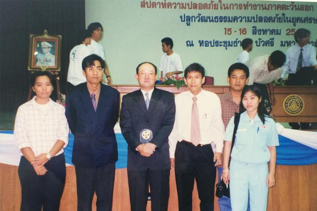 画像: タイ駐在時代の山下氏(中央)