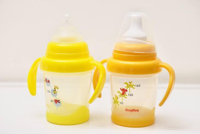 画像: ピジョンの看板商品の一つで、赤ちゃんが自分で持って飲むために開発された「マグマグ」。色合いは国によって変更を加えている。