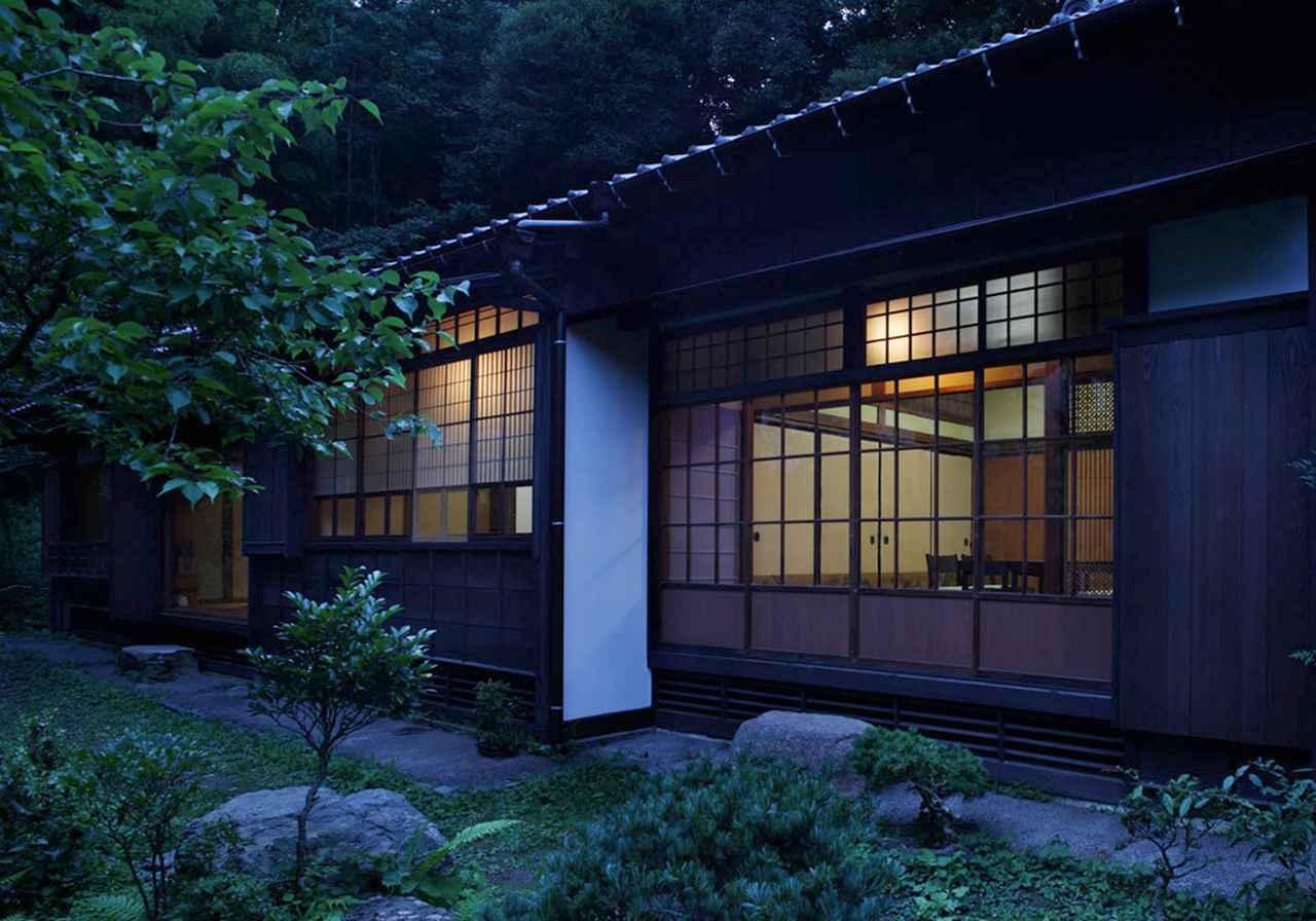 画像: 庭から見た、夕暮れ時の鎌倉投信社屋