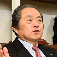画像: 吉田輝幸(よしだてるゆき) 1946年、株式会社吉田(通称:吉田カバン)の創業者・吉田吉蔵氏の次男として東京都に生まれる。1969年、慶應義塾大学商学部を卒業し、株式会社吉田に入社。商品管理部に配属され同社物流倉庫(当時)にて革製品の商品管理を約6年間経験したのち、商品部の革製品仕入れ担当、専務、総務・財務担当役員、副社長を歴任した。2002年、3代目代表取締役社長に就任。著書に『吉田基準』(日本実業出版社,2015年)