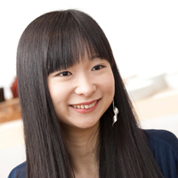 画像: 矢島里佳 -Rika Yajima- 1988年生まれ。大学在学中の2009年、伝統産業の本質である「時代を超えた価値」を若い次世代へと伝えるべく、週刊誌などで連載記事の執筆をスタート。2011年3月には「和える」を設立、2012年から伝統産業の技術を活かした幼児向け製品のオンライン販売をスタートさせる。独自の姿勢を持つ若き起業家としても注目を集め、世界経済フォーラム(ダボス会議)のグローバル・シェイパーにも選出されている。