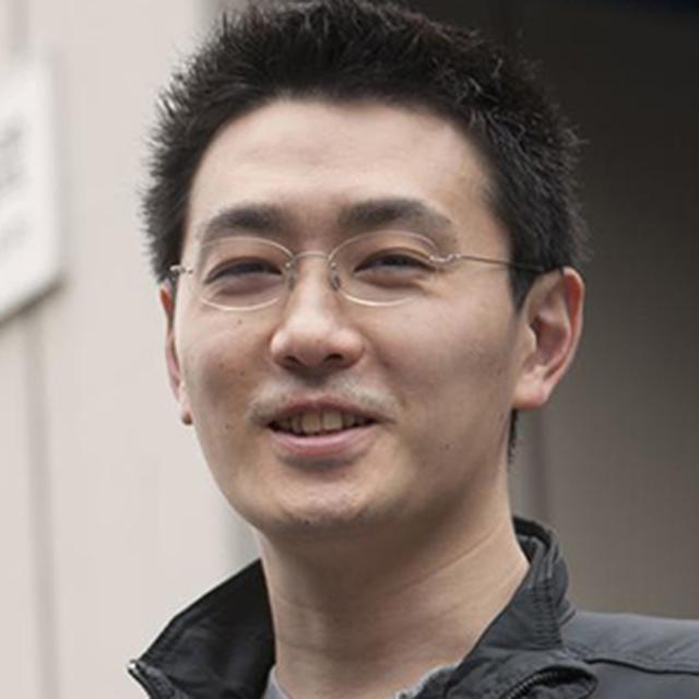 画像: 松田雅也 -Masanari Matsuda- 1980年生まれ。2004年、京都大学法学部卒業後UFJ銀行(現 三菱東京UFJ銀行)に入行。翌2005年には独立系ベンチャーキャピタルへ転職し、その2年後にはエナジーエージェントを設立、社長に就任した。電力購買代理業を軸にしたビジネスを展開したものの成果が伴わないことから同社を休眠すると、2009年、総合物流企業の新規事業立ち上げに参画し、2010年には取締役に就任。同事業は拡大に成功したが、そこでの経験も活かした2度目の起業に取り組むべく、休眠させていた自社を再稼働。2011年「八面六臂」としてのサービスを開始した。食品流通にITによる変革をもたらしていこうという「八面六臂」の取り組みは、鮮魚を皮切りに青果、精肉、酒類にまで広がり、急成長を果たしている。
