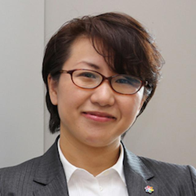 画像: 村木真紀(むらきまき) 特定非営利活動法人虹色ダイバーシティ代表。1974年、茨城県生まれ。京都大学総合人間学部卒業。大手ビール会社や外資系コンサルティング会社などでの勤務を経て、2012年に虹色ダイバーシティを設立。2013年、NPO法人化。LGBT当事者としての実感とコンサルタントとしての経験を活かしてLGBTと職場に関する調査・講演活動を行い、大手企業や行政などでの講演実績多数。2015年「Googleインパクトチャレンジ賞」、日経WOMAN「ウーマン・オブ・ザ・イヤー2016 チェンジメーカー賞」、2016年「日経ソーシャルイニシアチブ大賞 新人賞」受賞。著書に『職場のLGBT読本』(実務教育出版,共著)。