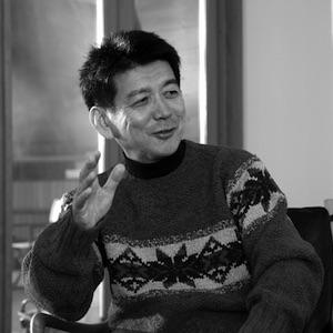 画像: 矢野 和男/やの・かずお 株式会社日立製作所 研究開発グループ 技師長 1959年、山形県酒田市生まれ。1984年、早稲田大学大学院理工学研究科物理学専攻修士課程を修了し、日立製作所に入社。中央研究所にて半導体研究に携わり、1993年、単一電子メモリの室温動作に世界で初めて成功。同年、博士号(工学)を取得。2004年から世界に先駆けてウェアラブル技術とビッグデータ収集・活用の研究に着手。2014年、自著「データの見えざる手 ウェアラブルセンサが明かす人間・組織・社会」が、BookVinegar社の2014年ビジネス書ベスト10に選ばれる。東京工業大学大学院連携教授