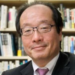 画像: 名和高司(なわたかし) 一橋大学大学院国際企業戦略研究科 特任教授 1957年生まれ。1980年に東京大学法学部を卒業後、三菱商事株式会社に入社。1990年、ハーバード・ビジネススクールにてMBAを取得。1991年にマッキンゼー・アンド・カンパニーに移り、19年間アジアや日本企業の経営コンサルティングに従事。2010年、一橋大学教授に就任。2014年より「CSVフォーラム」を主催している。著書に、『成長企業の法則』(Discover 21,2016年)、『CSV経営戦略』(東洋経済新報社,2015年)、『「失われた20年の勝ち組企業」100社の成功法則』(PHP研究所,2013年)、『学習優位の経営』(ダイヤモンド社,2010年)など。CSVの提唱者であるマイケル・ポーター氏は、ハーバード・ビジネススクール時代の恩師である。