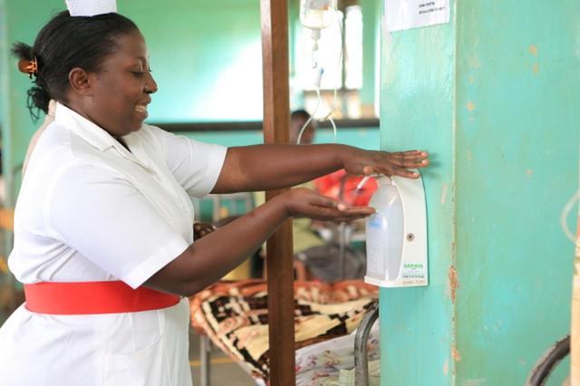 画像: ウガンダの病院でのアルコール手指消毒の様子