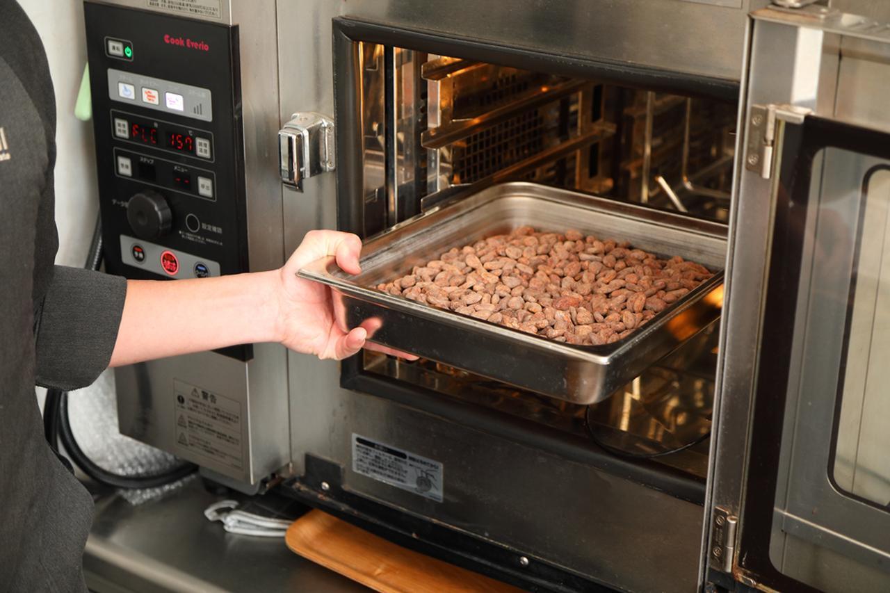 画像: カカオ豆の焙煎の様子。加熱の方法は何パターンもあり、日々試行錯誤を重ねている。