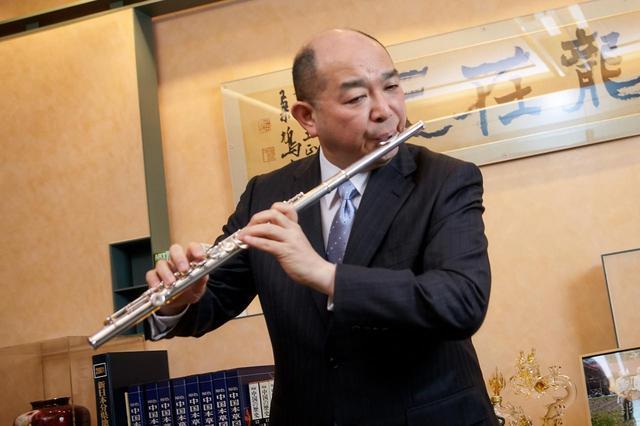 画像: 音大出身で現在もフルート奏者として活動する藤井氏。撮影中、熱のこもった演奏を披露してくださった。