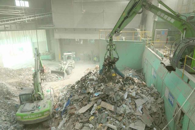 画像: 石坂産業の産廃処理プラント。屋内型のため、天候に左右されず作業ができる。