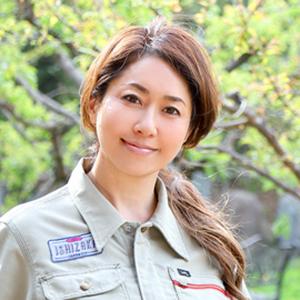 画像: 石坂典子 1972年、東京都生まれ。父・石坂好男氏が創業した産廃中間処理会社、石坂産業株式会社(埼玉県三芳町)に1992年入社。2002年、取締役社長に就任。2013年から代表取締役を務める。2014年、同社が管理する里山に環境教育フィールド「三富今昔村」を開業。「ウーマン・オブ・ザ・イヤー2016 情熱経営者賞」(日経WOMAN)など受賞多数。著書に『絶体絶命でも世界一愛される会社に変える!』(ダイヤモンド社,2014年)、『五感経営―産廃会社の娘、逆転を語る』(日経BP社,2016年)、『どんなマイナスもプラスにできる未来教室』(PHP研究所,2017年)。