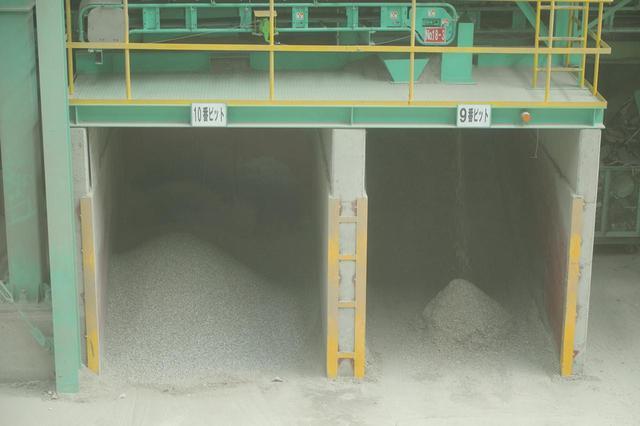 画像: 右側の9番ビットが、コンクリート廃材からリサイクルされた「再生砂」。一方、左側の10番ビットの粒子は、これ以上リサイクルできず最終処分場に運ばれる。