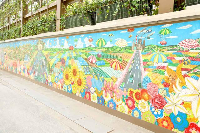 画像: 社内産廃処理エリアの壁には、石坂産業のある三芳町の四季をイメージした絵が描かれている。