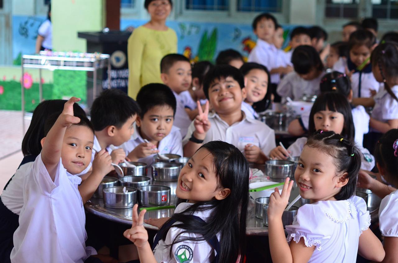 画像: 「学校給食プロジェクト」により改善された給食を楽しむベトナムの児童たち。