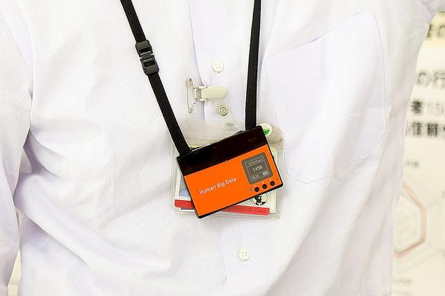 画像: 「ハピネス運動会」で使用された、オレンジ色の名札型センサ
