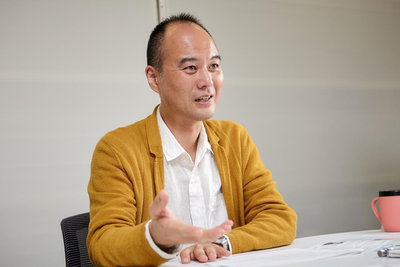 画像: 東京・渋谷にあるサービスグラントのオフィスでインタビューに応じる嵯峨生馬氏
