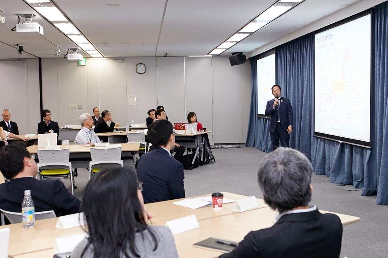 画像: 12月に日立で行われた、プロボノプロジェクトの成果報告会。メンバーの1人がまるでSHJのスタッフかのような見事なプレゼンテーションを披露した。