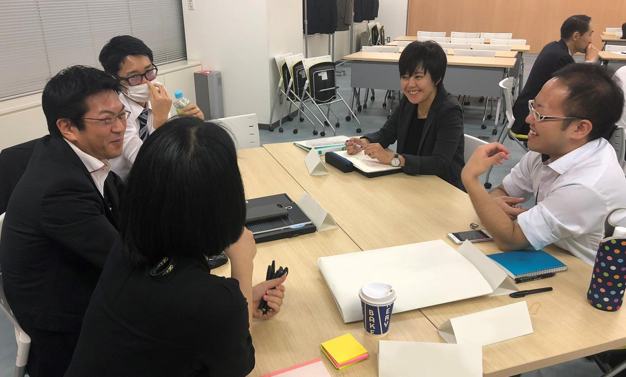 画像: 瀬戸山あゆみをはじめとするプロジェクトメンバー5人によるミーティングの様子。