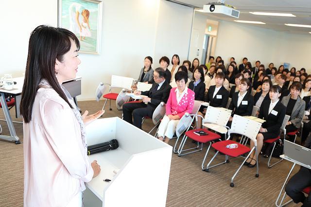 画像: 本社で毎月1回開催される全体会議で話す、轟麻衣子氏。本社の社員やポピンズが運営する保育施設のトップが出席する。