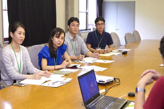 画像: 百瀬氏に質問する4人の日立社員。