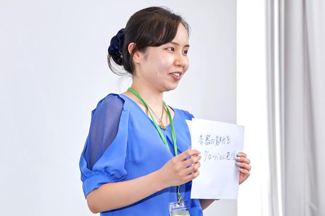 画像: テーマ「文化・伝統産業の継承」の課題解決アイデアをプレゼンする日立社員。