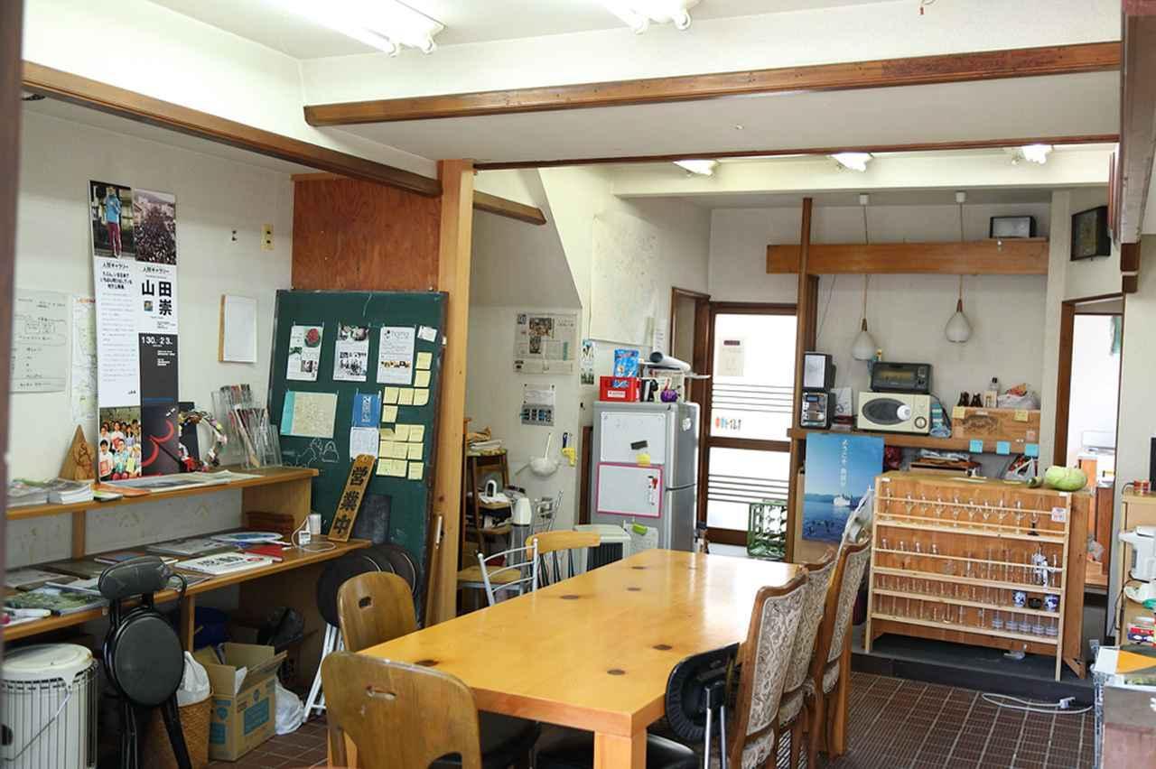 画像: 空き家「nanoda」の1階。最大で30人近くが入ることができ、奥にはキッチンもある。2階には和室が2部屋あり、市内の農家の手伝いに来ていた学生が取材の当日まで生活していた。